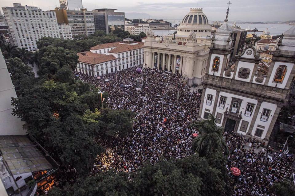 Manifestação em homenagem a Marielle diante da Alerj no dia seguinte à sua morte. Foto: Mídia Ninja