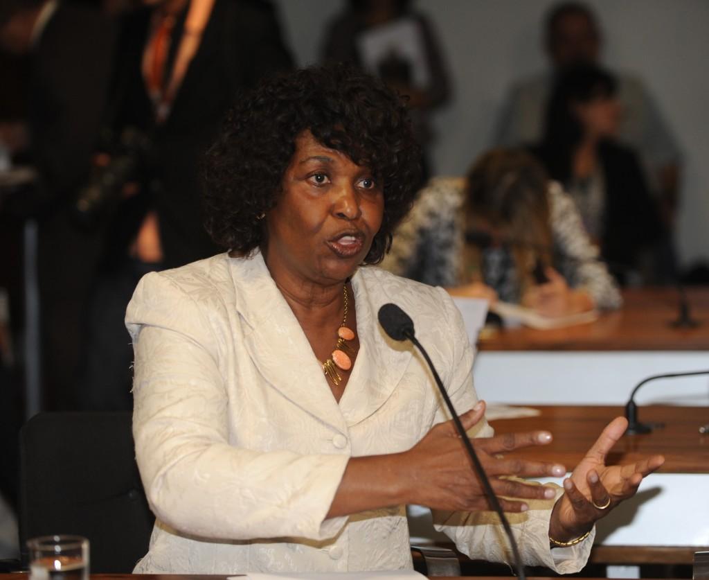 Benedita foi a primeira senadora negra do Brasil. Na foto, fala durante reunião no Senado para discutir novos direitos para empregadas domésticas (26/04/2013)