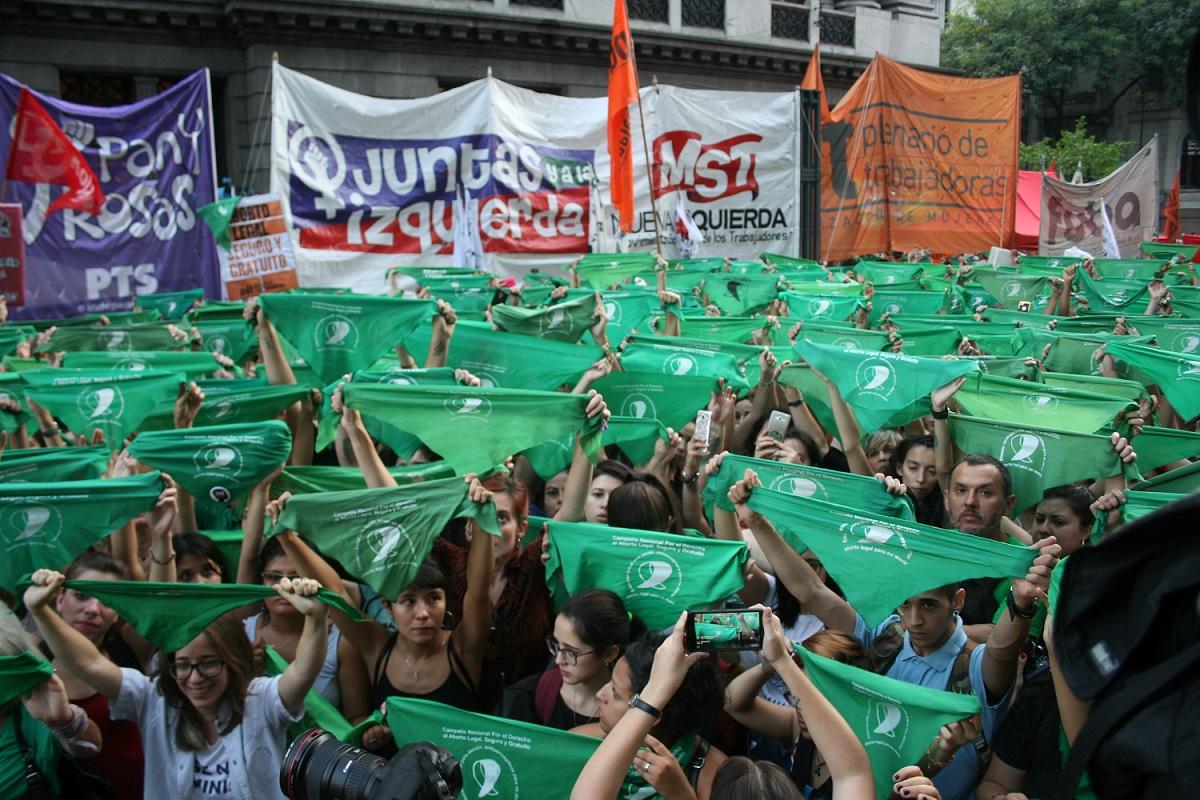 Lenços verdes são símbolo da luta pelo direito ao aborto na Argentina. (MONK Fotografía)