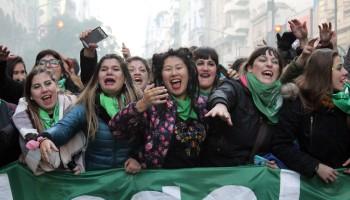 Em frente ao Congresso, mulheres comemoram resultado da votação na Câmara de Deputados