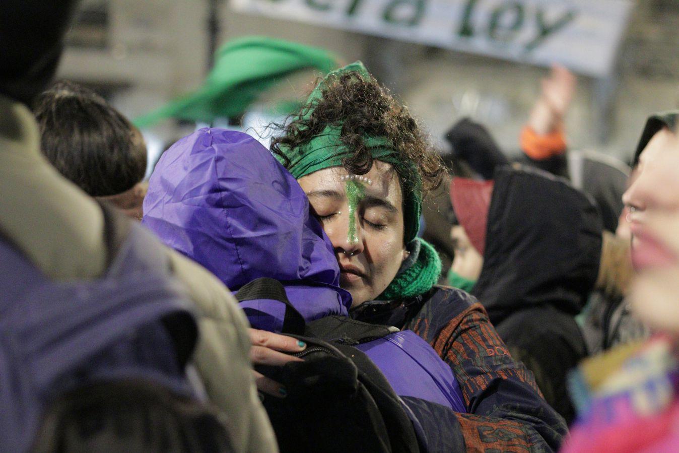 Manifestantes favoráveis à legalização do aborto acompanham resultado da votação no Senado