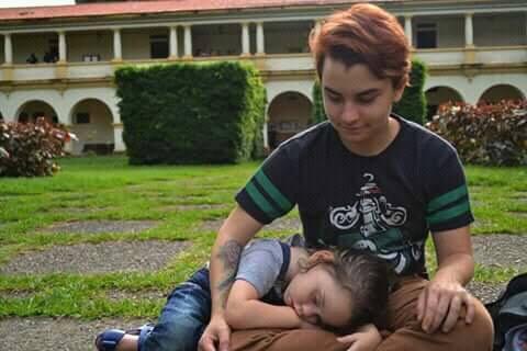Guilherme Leoni de Paula engravidou de sua filha aos 16 anos e ainda sofre com questionamentos de sua parentalidade por ser um homens trans. Foto: Reprodução