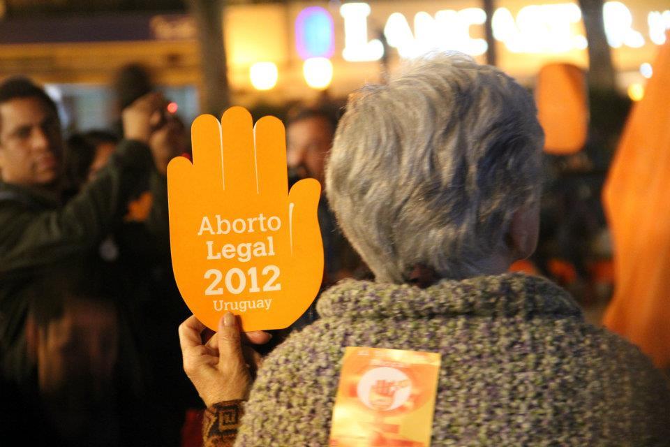 Manifestação pelo aborto legal no Uruguai, em 2012. | Foto: ericosmatos/ Flickr CC