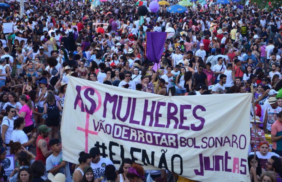 Mulheres exibem faixa no ato em Brasília, no último sábado | Foto: Karina Zambrana/Mídia Ninja