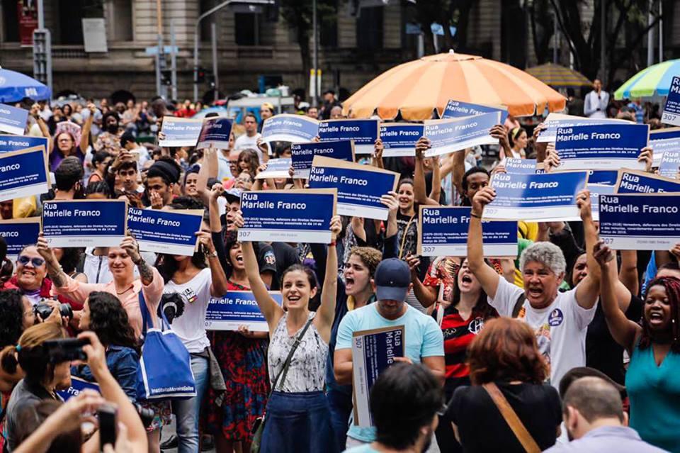 Ato distribui mil placas com nome de Marielle Franco no Rio de Janeiro, após candidatos do PSL rasgarem a placa| Foto: Mídia Ninja