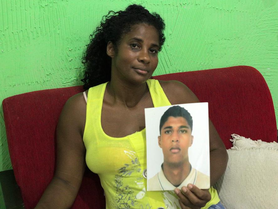 Deize Carvalho com a foto do filho, Andreu, que foi morto em 2008|Foto: Arquivo pessoal