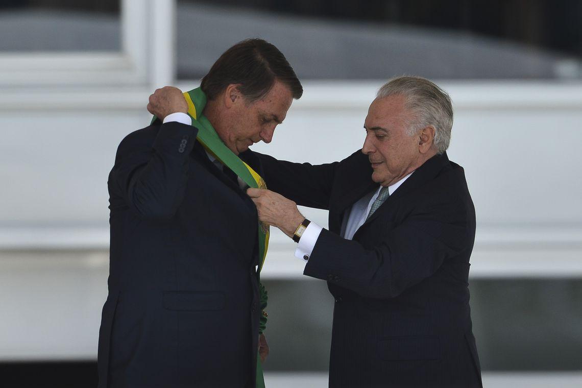 Bolsonaro recebe faixa presidencial de Michel Temer antes de fazer o seu segundo discurso do dia. | Foto: Marcelo Camargo / Agência Brasil