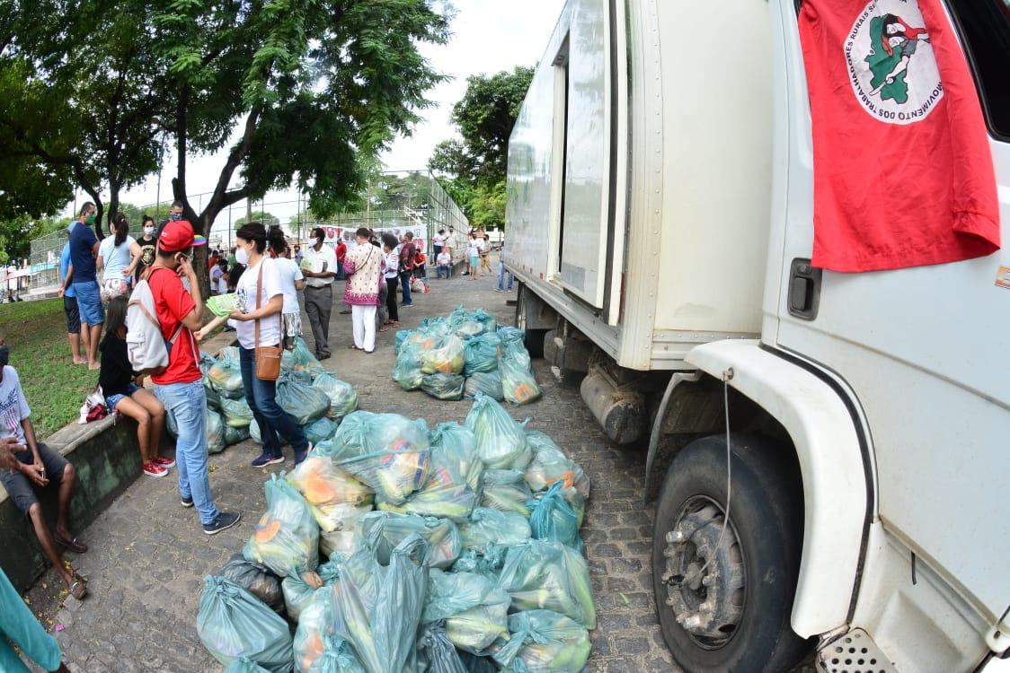 Em Sergipe, doação de 25 toneladas de alimentos produzidos pelo MST | Foto: Márcio Garcez/MST