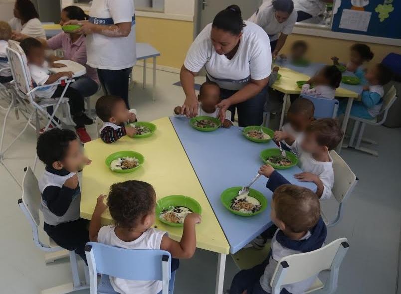 Durante pandemia, alimentação de crianças na rede pública foi interrompida | Foto: Prefeitura do Rio (2015)