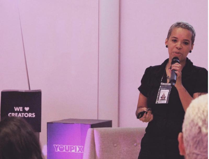 Veronica Oliveira fala em palestra na consultoria de negócios YouPix