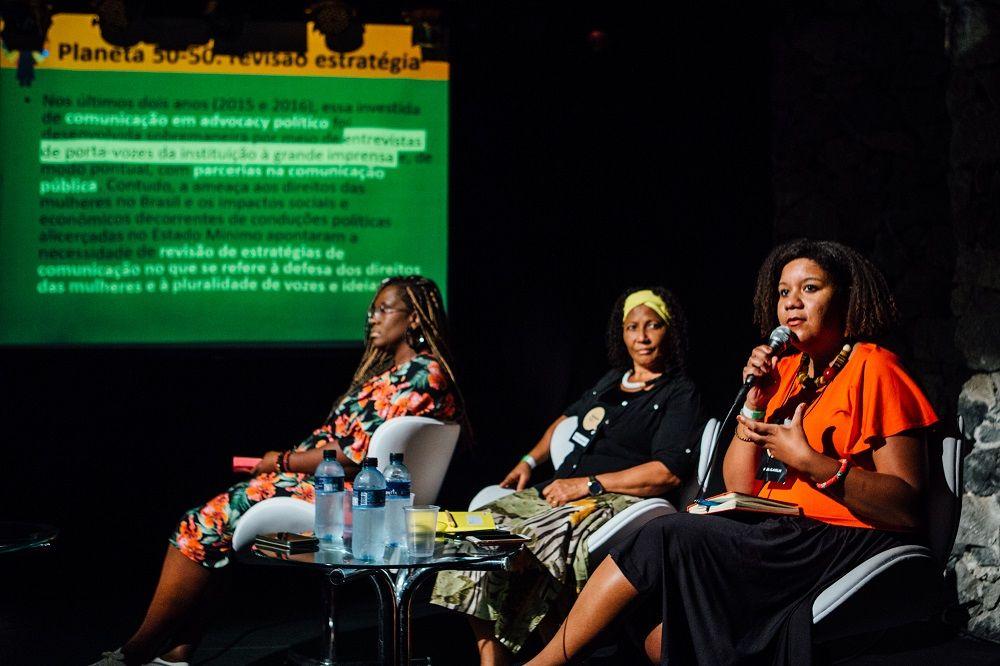 Isabel Clavelin (em primeiro plano) apresenta estratégia da ONU Mulheres