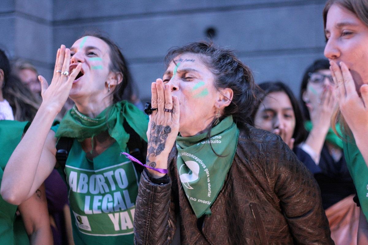 Mulheres se manifestam diante do Congresso argentino pelo direito ao aborto. (MONK Fotografía)