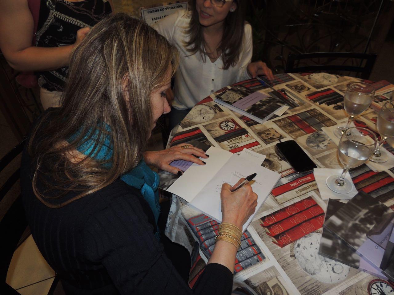 """Senadora Vanessa Grazziotin assina o ensaio """"Dilma : símbolo par a a participação política feminina"""" no livro. Foto: Arquivo pessoal / Fernanda Argolo"""