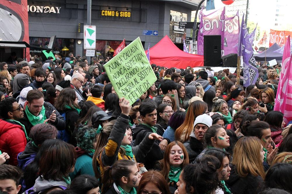 Manifestantes aguardam fim da sessão, que se estendeu por quase 24 horas (MONK Fotografía)