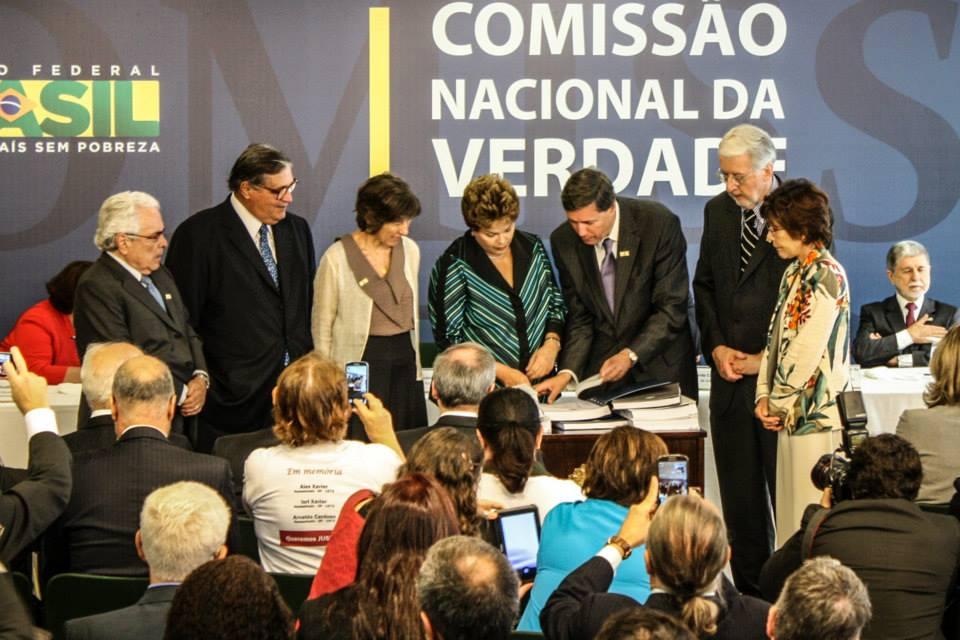 Membros da Comissão Nacional da Verdade entregam o relatório final à ex-presidente Dilma Rousseff. |Foto: Fabrício Faria / ASCOM - CNV