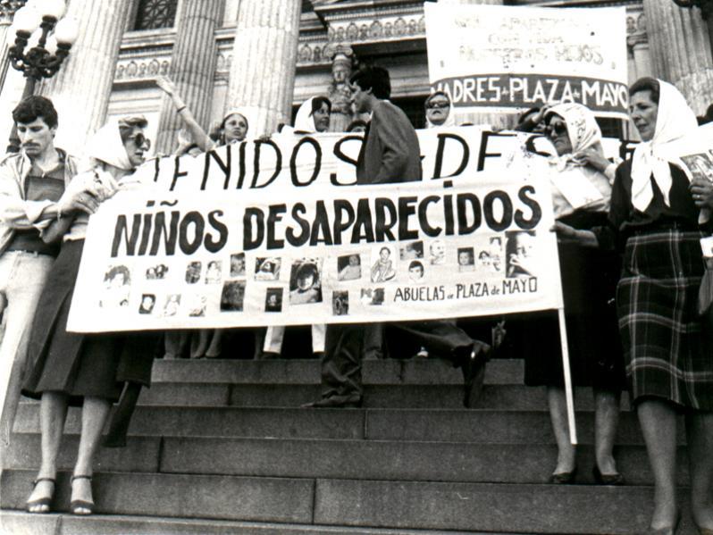 Avós da Praça de Maio protestam contra a lei de Obediência Devida na frente do Congresso Nacional. | Foto: Abuelas de Plaza de Mayo