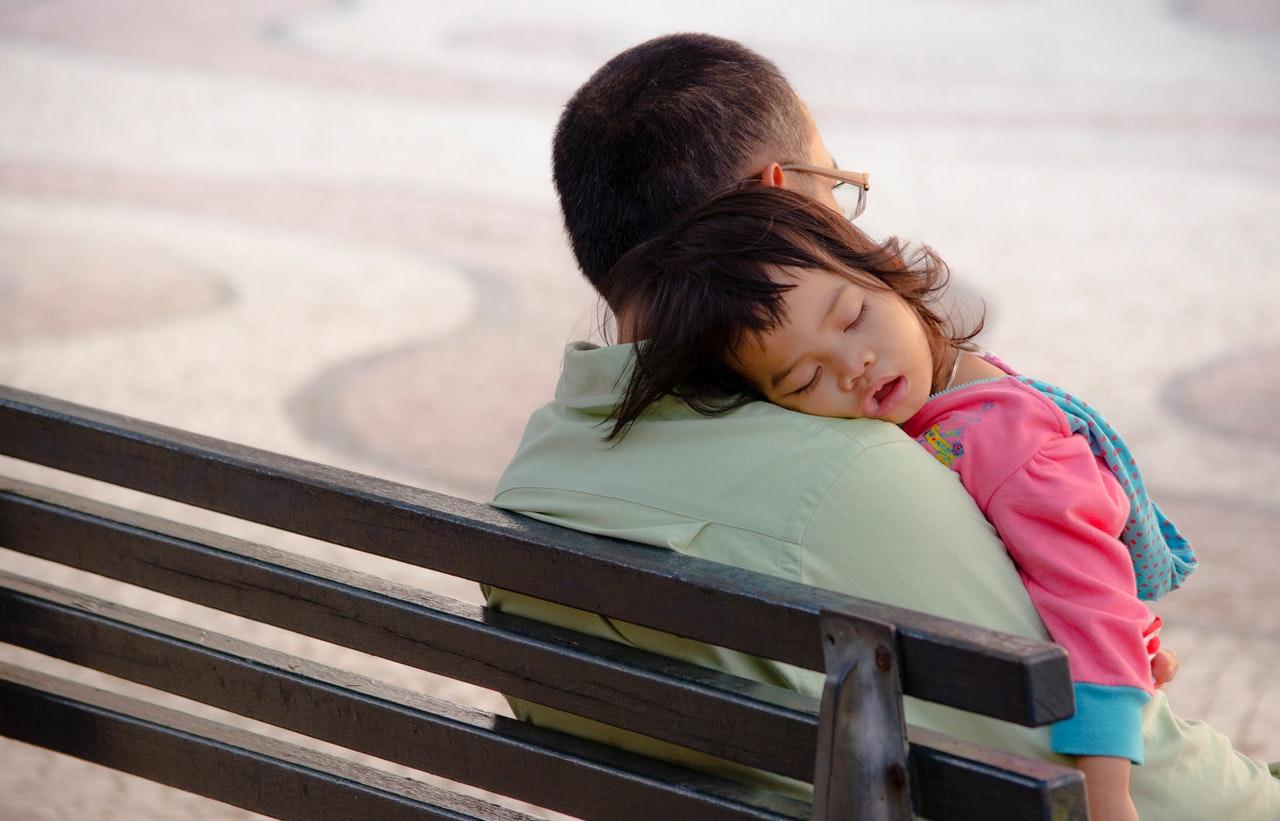 Entre os homens que cuidam de filhos e parentes em casa, os com maior escolaridade cuidam mais