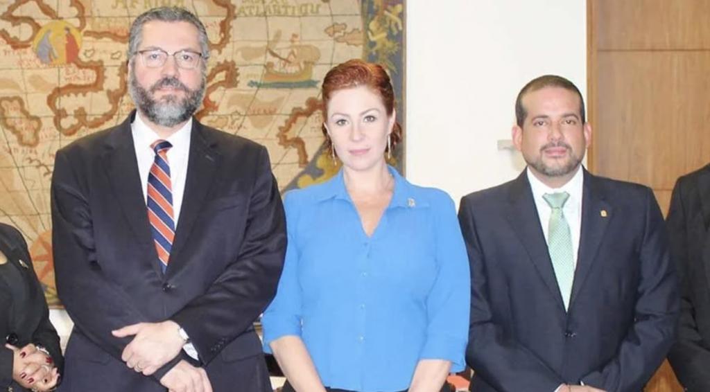 Ernesto Araújo e Carla Zambelli ao lado de Luis Fernando Camacho, em maio: Brasil foi o primeiro país a reconhecer Jeanine Añeoto | Foto: Reprodução facebook